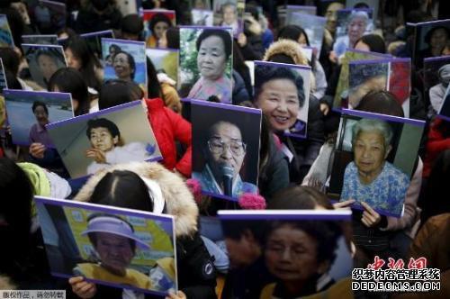 资料图:韩国民众高举慰安妇照片,在日本使馆前集会抗议。