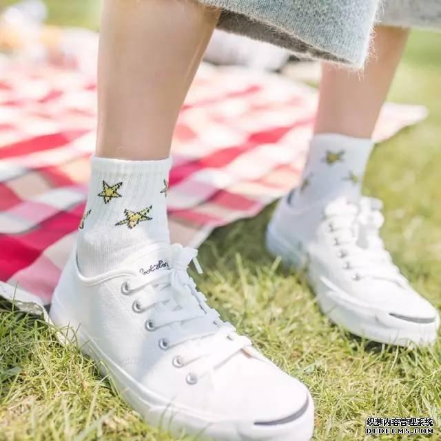 距离进入时尚界,你还差一双这样的袜子!
